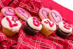 Valentinsgruß-Tag - kleine Kuchen, die LIEBE buchstabieren stockfotografie