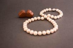 Valentinsgruß-Tag am 8. März Geschenk, Perlen, Schokolade, Herz, glücklich zusammen! Lizenzfreie Stockbilder