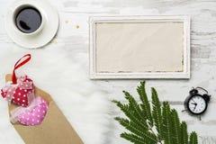 Valentinsgruß-Tagesdekoration mit weißem horisontal Rahmen, coffe, Wecker und Umschlag mit Herzen Flaches Lagemodell Lizenzfreie Stockbilder