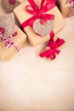Valentinsgruß-Tagesgeschenke übergeben genähten Herzen altes Papier Stockbilder
