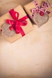 Valentinsgruß-Tagesgeschenke übergeben genähten Herzen altes Papier Lizenzfreies Stockfoto