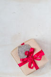 Valentinsgruß-Tagesgeschenke übergeben genähten Herzen altes Papier Lizenzfreie Stockfotografie
