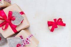 Valentinsgruß-Tagesgeschenke übergeben genähten Herzen altes Papier Lizenzfreie Stockfotos