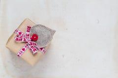 Valentinsgruß-Tagesgeschenke übergeben genähten Herzen altes Papier Lizenzfreie Stockbilder