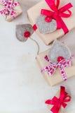 Valentinsgruß-Tagesgeschenke übergeben genähten Herzen altes Papier Stockfotos