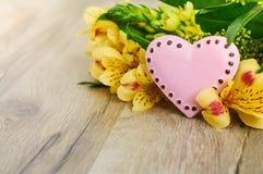 Valentinsgruß-Tagesherz mit Blumen Stockbilder