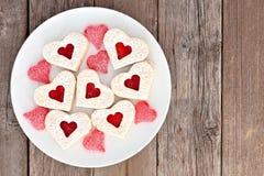 Valentinsgruß-Tagesherzplätzchen mit Stau und Süßigkeiten über Holz Lizenzfreies Stockbild