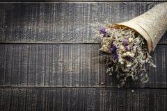 Valentinsgruß-Tageshintergrund mit Blume auf alte Holztischoberseite VI Lizenzfreie Stockfotos