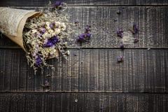 Valentinsgruß-Tageshintergrund mit Blume auf alte Holztischoberseite VI Stockbilder