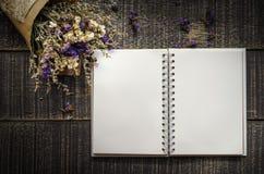 Valentinsgruß-Tageshintergrund mit Blume und Anmerkungsbuch auf altem woode Stockfotografie