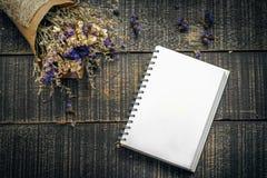 Valentinsgruß-Tageshintergrund mit Blume und Anmerkungsbuch auf altem woode Stockfotos