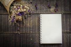 Valentinsgruß-Tageshintergrund mit Blume und Anmerkungsbuch auf altem woode Stockfoto