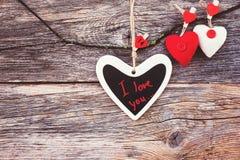 Valentinsgruß-Tageshintergrund mit bunten Herzen Kopieren Sie den Raum, getont Lizenzfreie Stockfotos