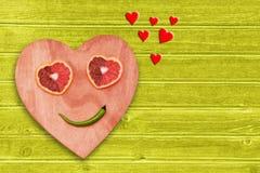 Valentinsgruß-Tageshintergrund mit Herzen auf dem hölzernen Muster mit Zitrusfruchtherzen Stockbild