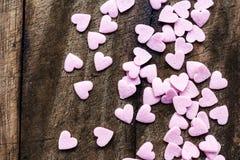 Valentinsgruß-Tageshintergrund mit Herzen. Sugar Hearts auf hölzernem VI Stockfotos