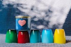 Valentinsgruß-Tageshintergrund mit Herzen und bunter Schale Stockbild