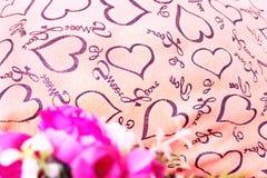 Valentinsgruß-Tageshintergrund mit Herzen und Rosen Abbildung der roten Lilie Stockbilder