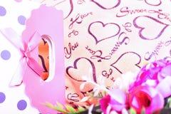 Valentinsgruß-Tageshintergrund mit Herzen und Rosen Abbildung der roten Lilie Stockbild