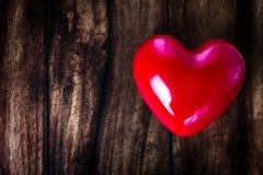Valentinsgruß-Tageshintergrund mit rotem Herzen auf der alten Weinlese hölzern Lizenzfreies Stockfoto