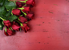 Valentinsgruß-Tageshintergrund mit roten Rosen Stockfotografie