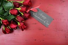 Valentinsgruß-Tageshintergrund mit roten Rosen mit Grußkarte Stockfotografie