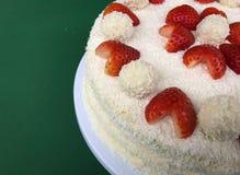 Valentinsgruß-Tagesjahrestags-Heirat-Hochzeitstorte Raffaello mit Herz geformten Erdbeeren trocknete Obsttortekokosnuß aus Stockbild