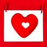 Valentinsgruß-Tageskarte mit copyspace für Grußtext. Rotes Herz Lizenzfreies Stockbild