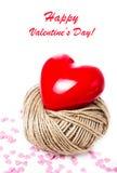 Valentinsgruß-Tageskarte mit rotem Herzen auf weißer Hintergrundnahaufnahme. Stockbild