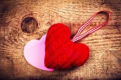 Valentinsgruß-Tageskarte mit roten Herzen auf der hölzernen Weinlese gemasert Lizenzfreie Stockfotografie