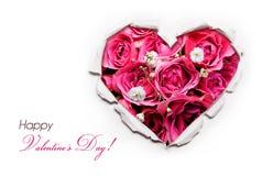 Valentinsgruß-Tageskarte. Papierloch zerrissenes in Form Herz mit Rose Stockfotografie