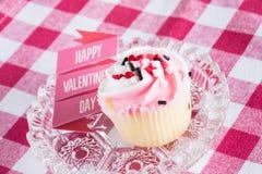 Valentinsgruß-Tageskleiner kuchen und -zeichen Lizenzfreies Stockbild