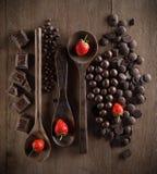 Valentinsgruß-Tageskonzept mit Schokoladen, Erdbeere und Löffel an Lizenzfreie Stockbilder