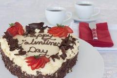 Valentinsgruß-Tageskuchen mit rotem Buttermesser Stockfotos