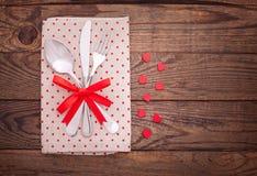 Valentinsgrußabendessen auf hölzernem Hintergrund stockfotografie