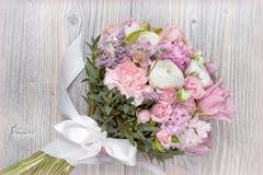 Valentinsgrußblumen auf hölzernem Hintergrund Lizenzfreies Stockbild
