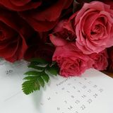 Valentinsgrußblumenstrauß und Februar-Kalender Stockfotos