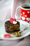 Valentinsgrußcappuccinokuchen und -kaffee Stockbild