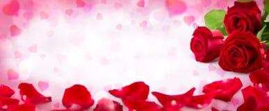 Valentinsgrußeinladung mit Herzen stockfotos