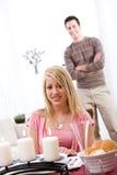Valentinsgrußes: Frau bereit zum Abendessen mit Datum hinten Stockfotos