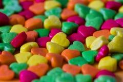 Valentinsgrußfarbsüßigkeiten und -dekorationen Stockfotografie