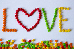 Valentinsgrußfarbsüßigkeiten und -dekorationen Lizenzfreie Stockbilder