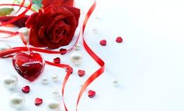 Valentinsgrußgrußkarte mit den Blumenblättern der roten Rosen und Schmuck hören Stockbild