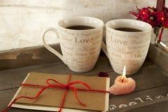 Valentinsgrußgrußkarte mit zwei Schalen auf hölzernem Behälter Lizenzfreie Stockfotos