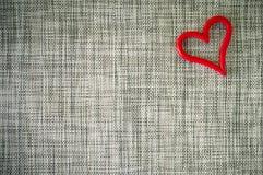 Valentinsgrußherz auf grauem Gewebe Stockfotografie