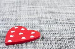 Valentinsgrußherz auf grauem Gewebe Lizenzfreies Stockfoto