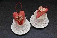 Valentinsgrußherz in den Schalen Stockfotografie