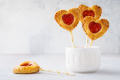 Valentinsgrußherz formte Erdbeertortenknalle oder Kuchenknalle stockbild