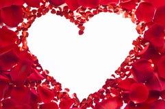 Valentinsgrußherz gemacht von den rosafarbenen Blumenblättern Lizenzfreie Stockbilder