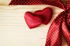 Valentinsgrußherz mit Rot punktiertem Band Stockfoto