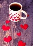 Valentinsgrußherzen und Tasse Tee auf dem alten Holztisch getont Lizenzfreie Stockfotos